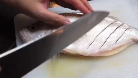 Pulisce il pesce e lo taglia trasversalmente: un ottimo metodo per cuocerlo