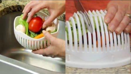"""Mette gli ingredienti per l'insalata in una ciotola """"particolare"""": uno strumento molto utile"""