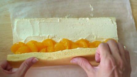 Avvolge i mandarini nel pan di Spagna: un dolce speciale e buonissimo