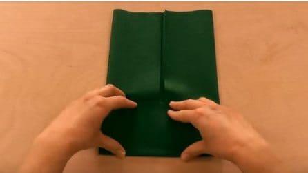 Piega il tovagliolo e lo trasforma: un'idea originale per decorare la tavola
