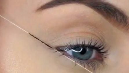 Applica l'eyeliner sul cotone e ottiene un risultato perfetto