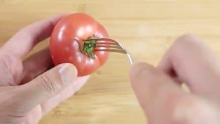 Infila la forchetta nel pomodoro: il trucchetto per togliere la buccia in pochi minuti