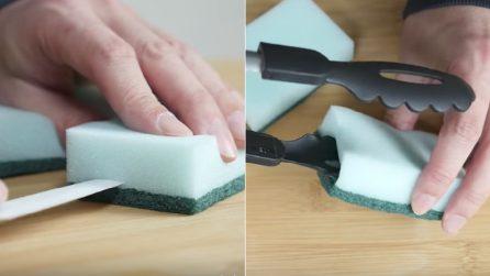 Prende due spugnette e le usa in modo insolito: un'idea utile per la casa