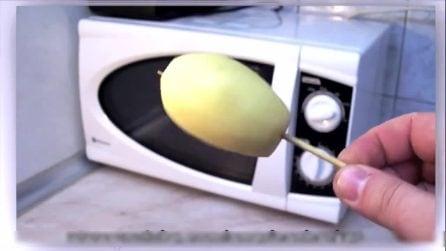 Infila uno stuzzicadenti in una patata per poi metterla nel microonde: che idea geniale