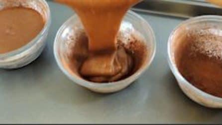 Ricopre le ciotole con il cacao e versa l'impasto: un dolcetto al quale è impossibile dire di no
