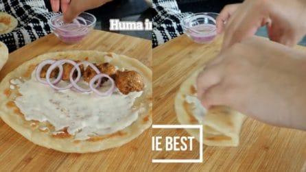 Mette pollo e anelli di cipolla nel pane, poi avvolge: un piatto semplice da realizzare
