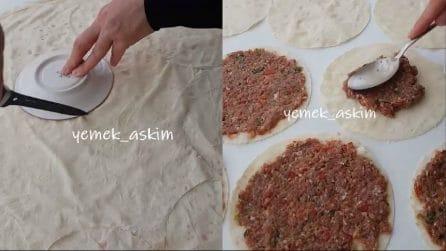Forma dei dischi di pasta fillo e li farcisce: la ricetta per una cenetta diversa