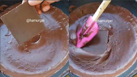 Scioglie il cioccolato in padella e prepara una delizia per il palato