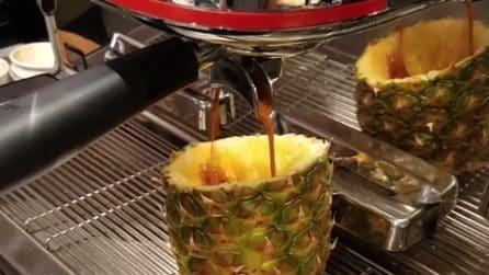 Taglia l'ananas, la svuota e la riempie con il caffè: un capuccino alternativo