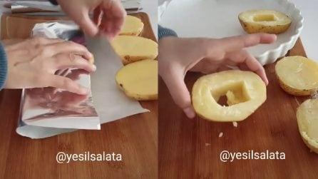 Avvolge le patate nella carta alluminio, poi le svuota: quello che prepara ti sorprenderà