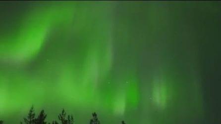 Le luci magiche dell'aurora boreale illuminano il cielo notturno