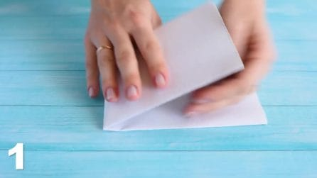 Piega un semplice foglio di carta in più parti e crea uno stappa bottiglie infallibile