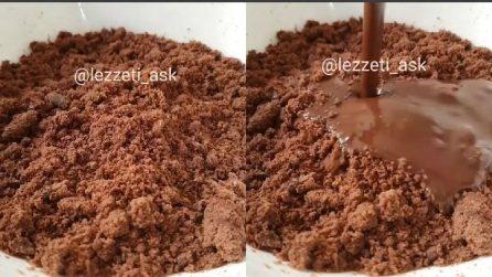 Frulla il pan di spagna a cacao e lo mischia con la cioccolata: un dessert golosissimo