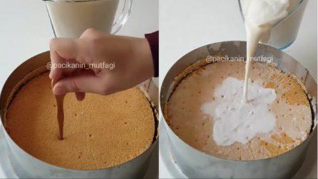 Buca la torta e versa sopra il latte: la ricetta per ottenerla morbidissima