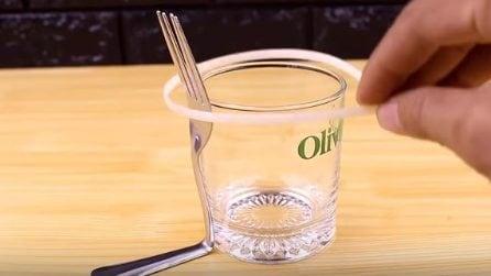 Piega la forchetta e la lega al bicchiere: realizza un oggetto molto utile