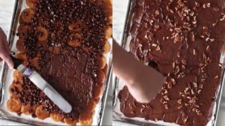 Ricopre i crackers con gocce di cioccolato e noci: un dolce alternativo per Natale
