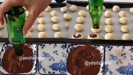 Immerge la bottiglia nel cacao e poi sui biscotti: un'idea originale e buonissima
