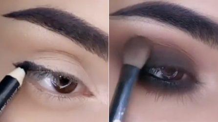 """Traccia una linea poi sfuma la matita su tutta la palpebra: come fare uno smokey eyes """"glitter"""""""