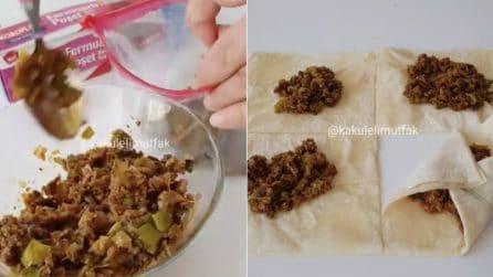Mette la carne nel sacchetto, poi crea dei fagottini di pasta fillo: un'idea gustosa