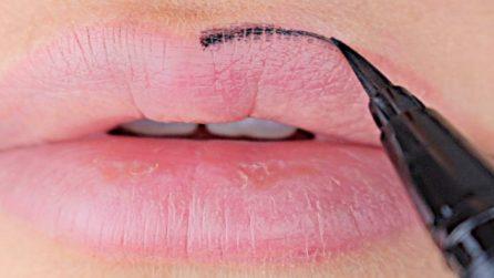 Mette l'eyeliner sulle labbra e realizza uno stupendo make up