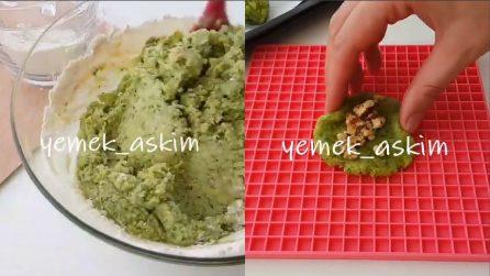 Frulla gli spinaci e li mischia con la farina: il risultato è da leccarsi i baffi
