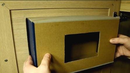 Taglia la scatola e la incolla all'anta: una soluzione geniale per la cucina