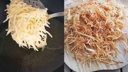 Frigge le sottili strisce di patate e completa il piatto in maniera gustosissima