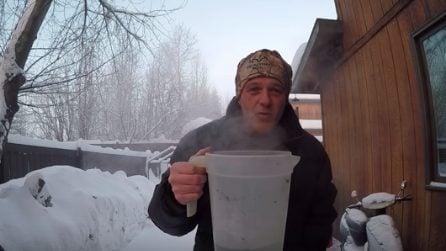 Temperature sotto lo zero: lancia in aria l'acqua calda e accade qualcosa di spettacolare