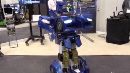 """Tokyo, il robot """"Transformer"""" diventa realtà: in mostra i sorprendenti androidi del futuro"""