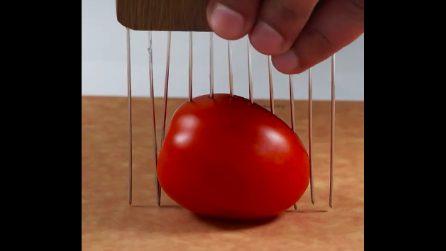 """Infila uno strumento """"particolare"""" nel pomodoro: costruirlo è molto semplice"""