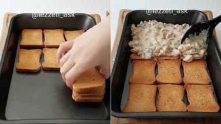 Fette biscottate sul fondo, poi dispone il pollo: una ricetta salata da provare
