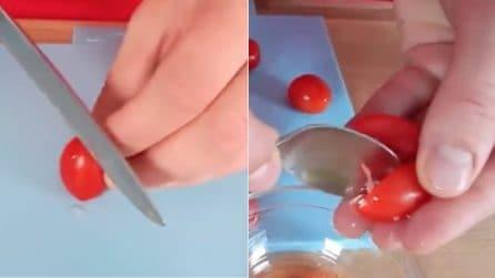 Taglia i pomodorini e li svuota: la ricetta per un piatto gustoso e davvero originale