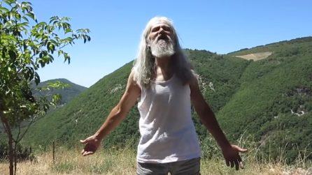Lo chiamano Pietro l'eremita perché vive da solo su una montagna lontano dalla civiltà