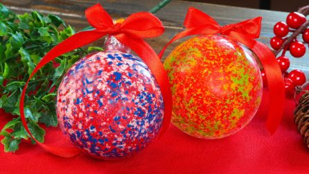 Come decorare le palline di Natale con i pastelli a cera