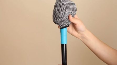 Mette i calzini sul manico della scopa: un'idea utile per la pulizia di casa