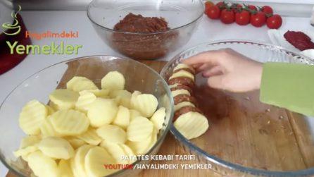 Dispone patate e mini hamburger in una teglia circolare: un piatto davvero squisito