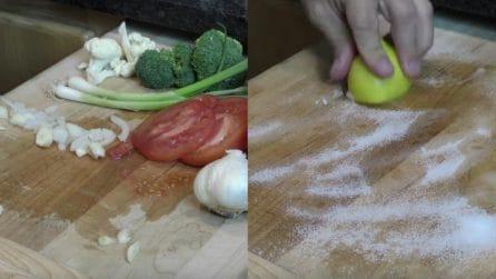 Come pulire un tagliere sporco con limone e bicarbonato