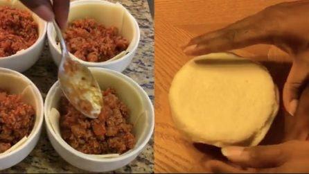 Ricopre la ciotola farcita con l'impasto della pizza: un'idea pazzesca e buonissima