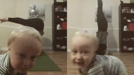 La mamma fa yoga e si riprende con il cellulare: la reazione del piccolo è esilarante