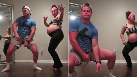 Al nono mese balla con il compagno per indurre il parto: lui si scatena a ritmo di musica