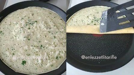 Versa l'impasto sulla piastra, poi avvolge: prepara una particolare crepes