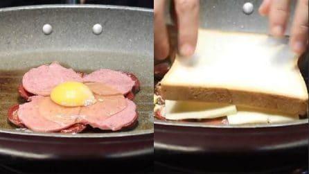 Mette tutti gli ingredienti in padella e poi li copre con il toast: un metodo perfetto