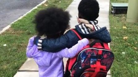 L'amore tra Ava e Tariq, ogni giorno lei aspetta il fratellino che torna da scuola per abbracciarlo