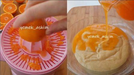 Versa il succo d'arancia nell'impasto: un dolce soffice e gustoso