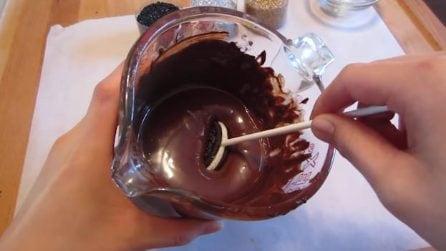 Immerge il biscotto nel cioccolato: un mini dolcetto natalizio