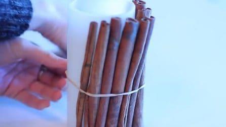 Lega i bastoncini di cannella intorno alla candela: un'idea davvero originale