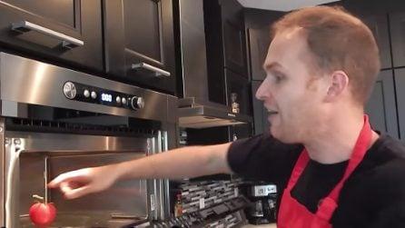 Mette il pomodoro nel microonde: il modo più veloce per poterlo pelare