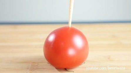Infila un bastoncino di legno nel pomodoro: un trucchetto ottimo