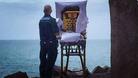 Gli chiede di vedere il mare prima di morire. Il gesto dell'infermiere che ha commosso il mondo