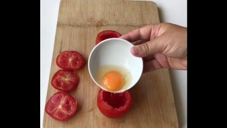 Svuota il pomodoro e versa l'uovo dentro: un'idea originale da provare
